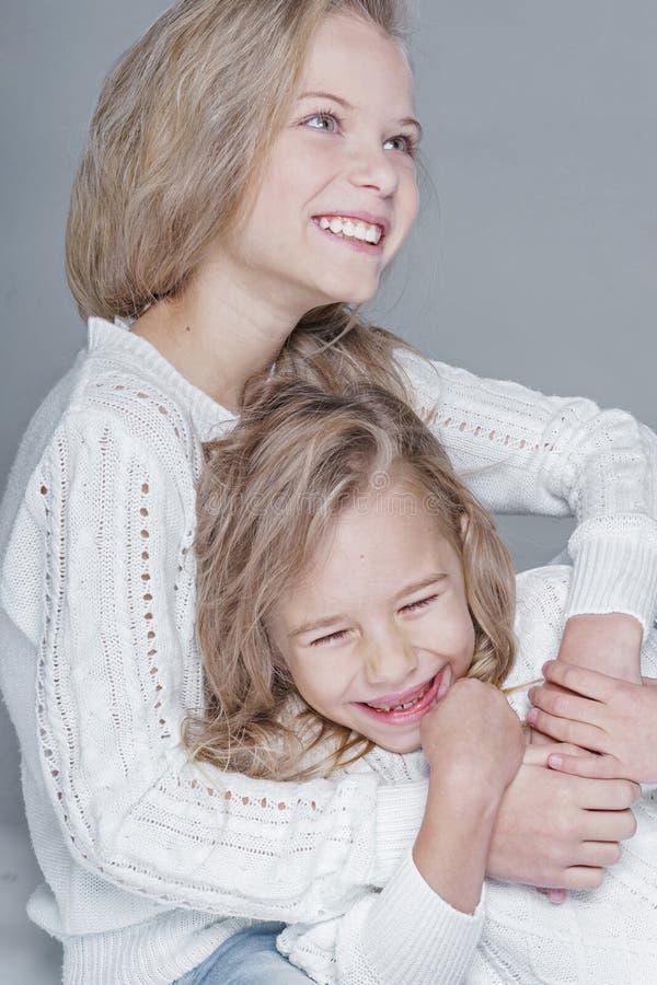 Portret van twee mooie kleine zusters stock afbeeldingen