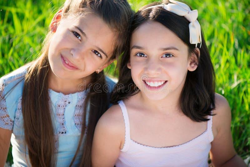 Portret van twee Spaanse tienermeisjes royalty-vrije stock foto's