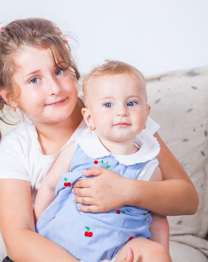 Portret van twee zusters stock afbeeldingen