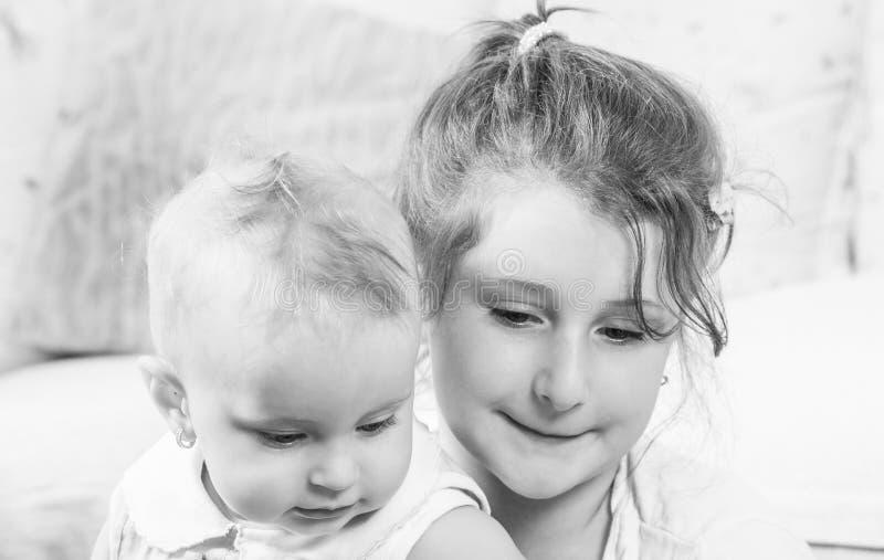 Portret van twee zusters stock foto's