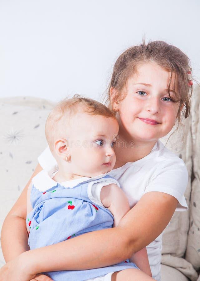 Portret van twee zusters stock afbeelding