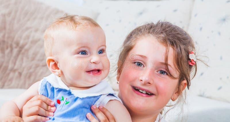 Portret van twee zusters royalty-vrije stock afbeeldingen