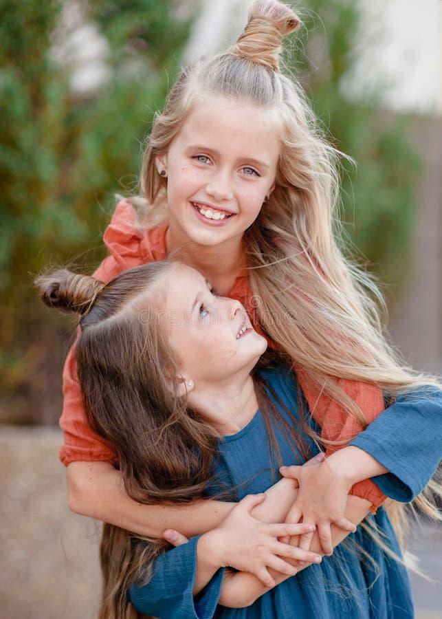 Portret van twee zusters in de zomer stock foto's