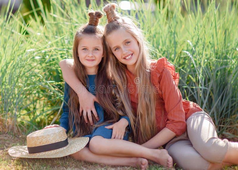 Portret van twee zusters in de zomer royalty-vrije stock afbeeldingen