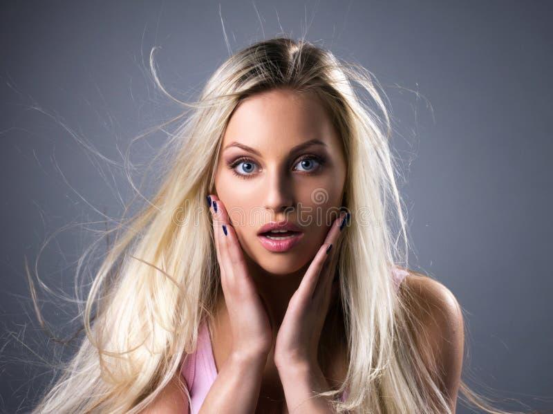 Portret van verbaasde jonge vrouw royalty-vrije stock foto's