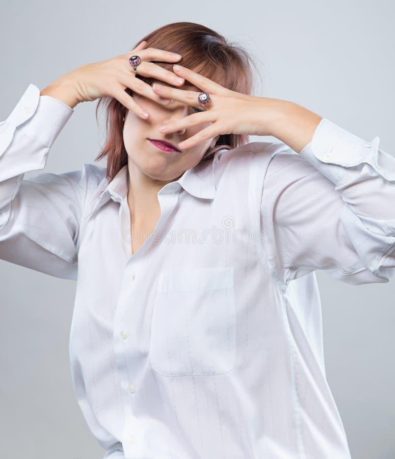 Portret van verborgen donkerbruine vrouw stock fotografie