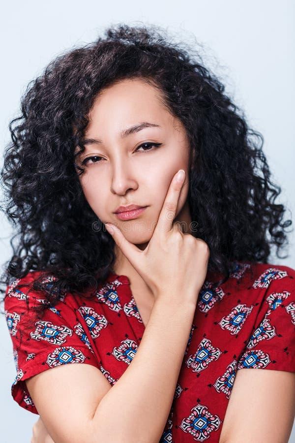 Portret van verdachte jonge vrouw royalty-vrije stock afbeelding