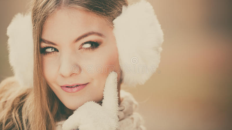 Portret van verdachte mooie vrouw in oorbeschermers stock afbeeldingen