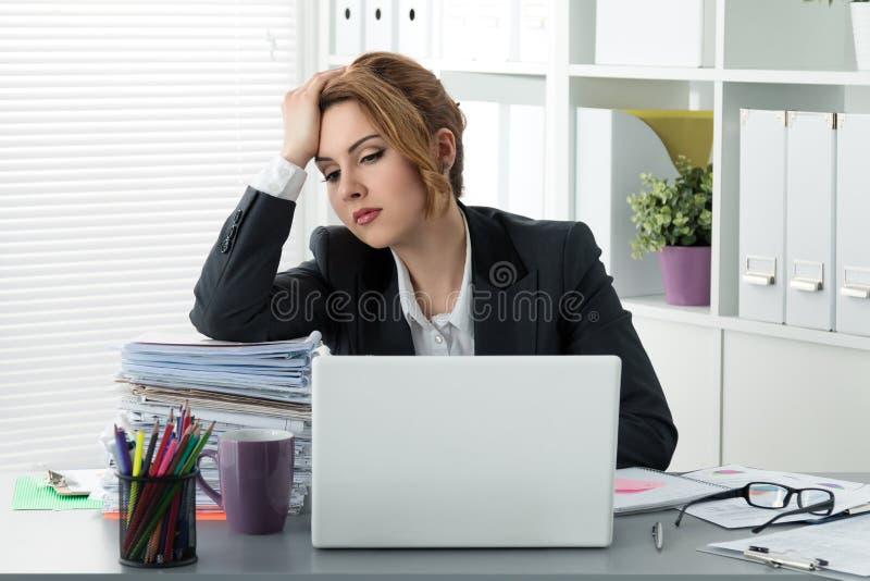 Portret van vermoeide bedrijfsvrouw op het werk royalty-vrije stock foto's