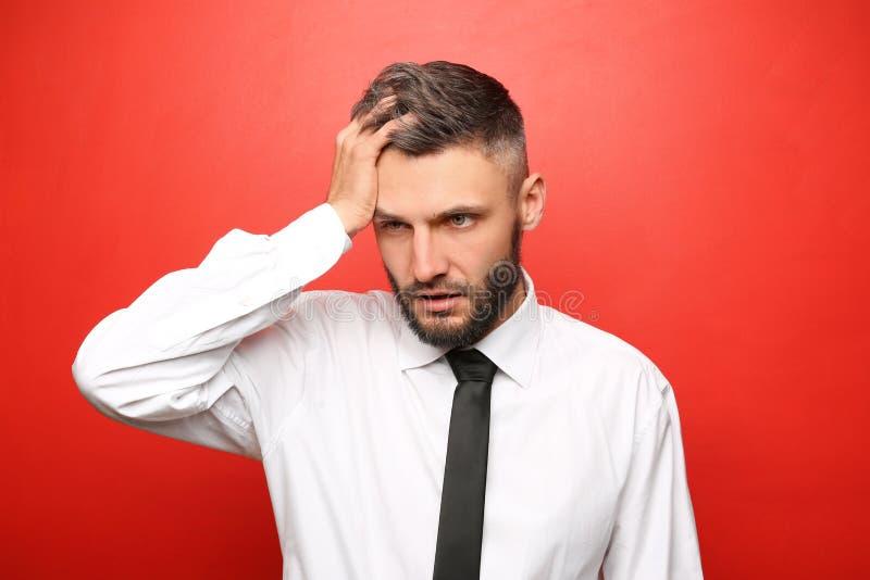 Portret van vermoeide zakenman op kleurenachtergrond stock foto's