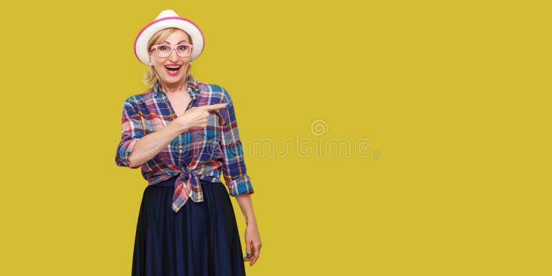Portret van verraste moderne modieuze rijpe vrouw in toevallige stijl met hoed en oogglazen die, het verbaasde bekijken camera be stock afbeeldingen