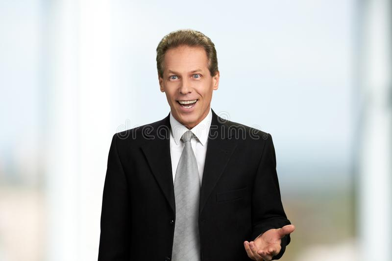 Portret van verraste opgewekte zakenman royalty-vrije stock foto's