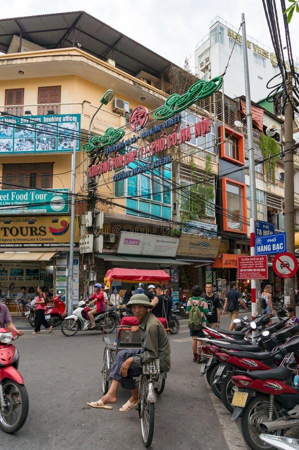 Portret van Vietnamese mensen cyclobestuurder die op toeristen wachten royalty-vrije stock afbeeldingen