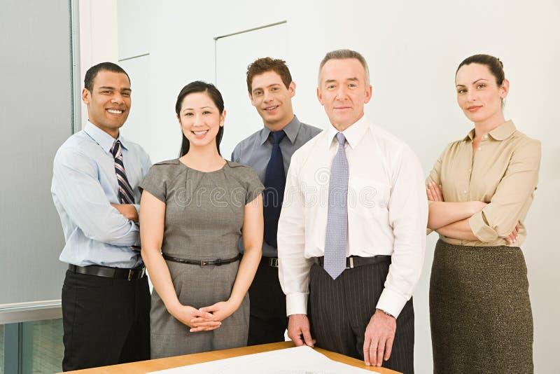 Portret van vijf bedrijfscollega's royalty-vrije stock afbeeldingen