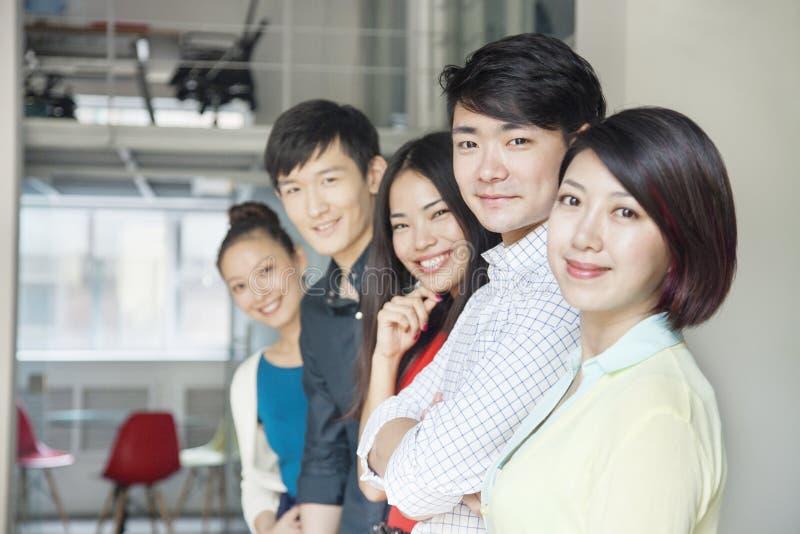 Portret van Vijf Bedrijfsmensen in Creatief Bureau stock fotografie