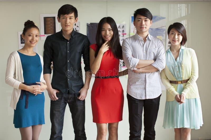 Portret van Vijf Bedrijfsmensen in Creatief Bureau stock afbeeldingen