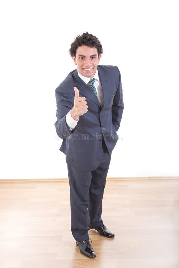 Portret van volledige lengte knappe jonge zakenman die duim tonen stock afbeelding