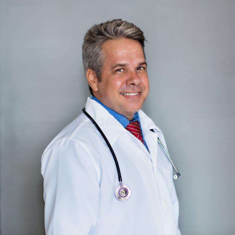 Portret van volwassen arts of medisch wetenschapper royalty-vrije stock afbeelding