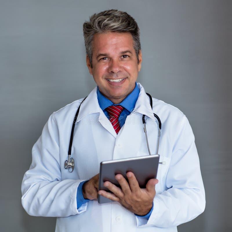 Portret van volwassen medisch wetenschapper royalty-vrije stock afbeeldingen