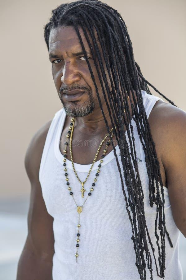 Portret van volwassen sterke zwarte mensen met lang dreadlocks en blauwe ogen stock fotografie