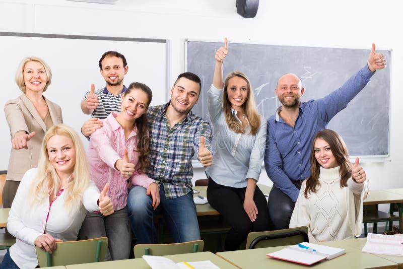 Portret van volwassen studenten bij klasse stock fotografie