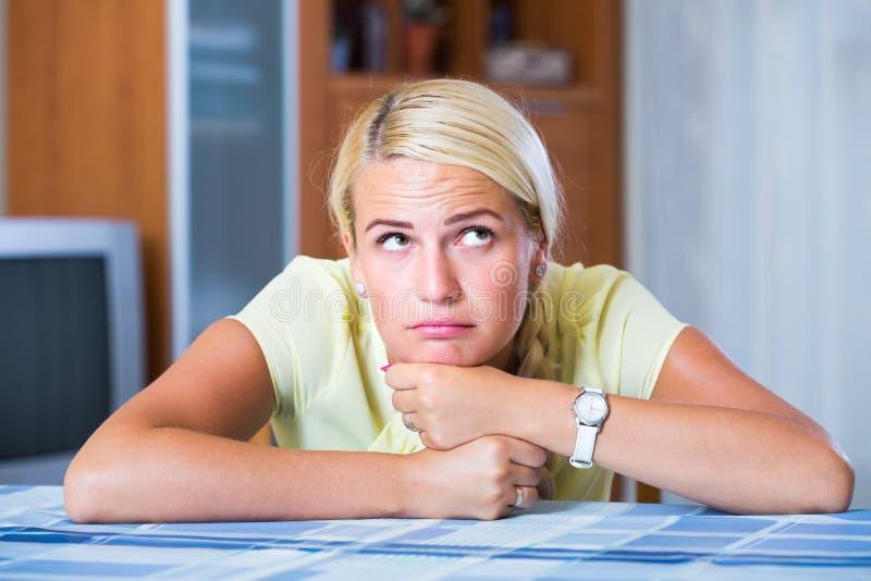 Portret van volwassen thuis bored meisje stock afbeelding