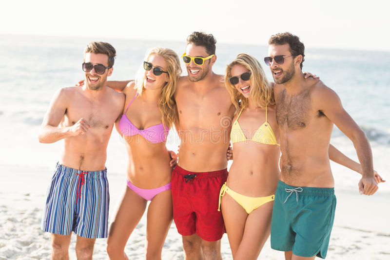 Portret van vrienden bij het strand stock afbeelding