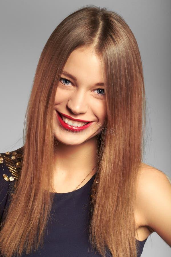 Portret van vriendschappelijke glimlachende tiener. studioschot. royalty-vrije stock afbeelding