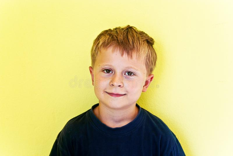 Portret van vriendschappelijke kijkende jongen royalty-vrije stock foto's