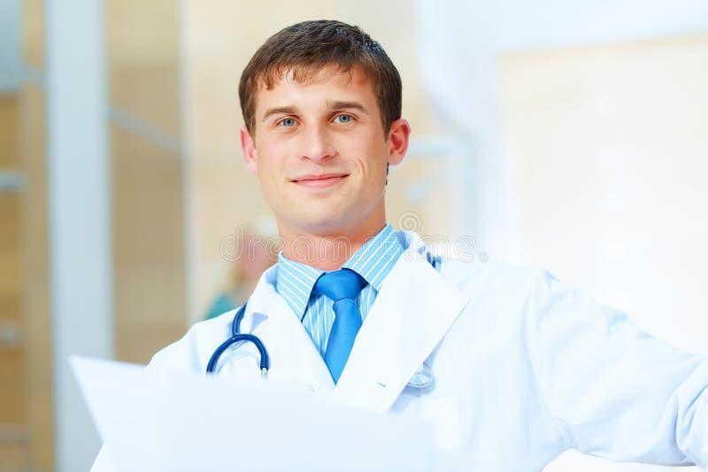 Vriendschappelijke mannelijke arts stock foto's