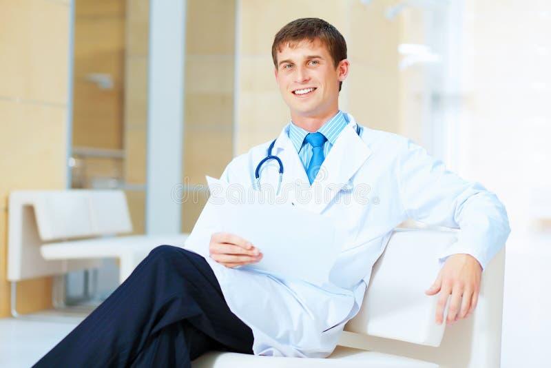 Vriendschappelijke mannelijke arts stock fotografie