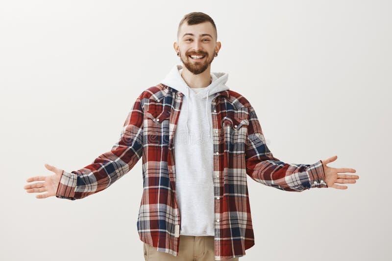 Portret van vriendschappelijke onbezorgde tevreden vriend in modieuze oufit, het uitspreiden handen terwijl het willen omhelzing  stock afbeeldingen
