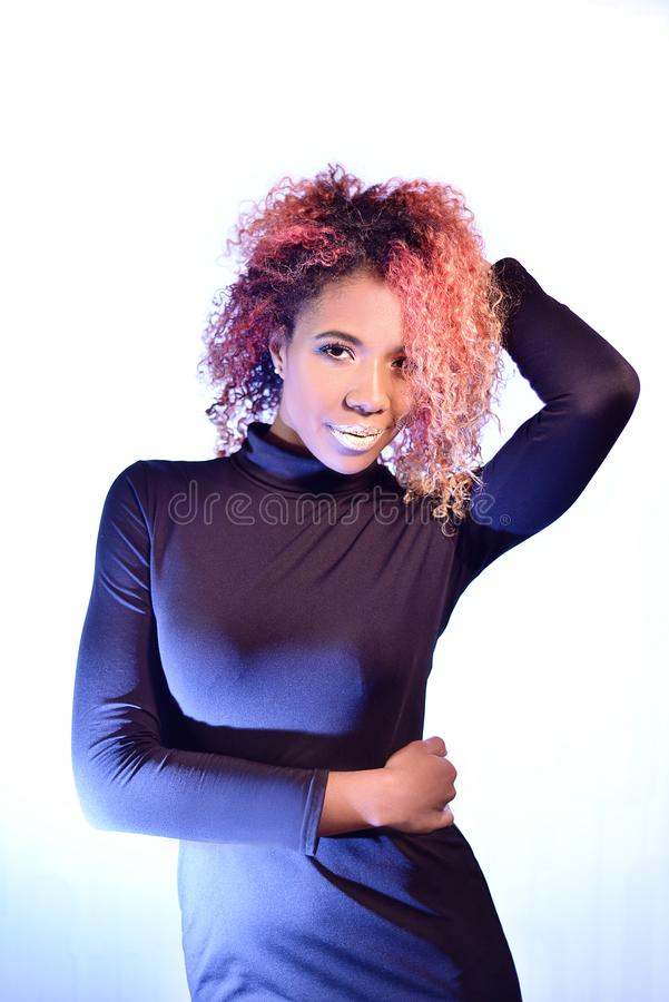 Portret van vrij Afrikaans mooi meisje met rode krullende prachtige hai stock foto's