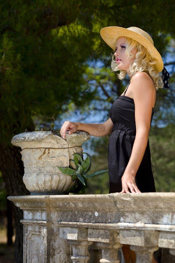 Portret van vrij blonde vrouw stock afbeelding
