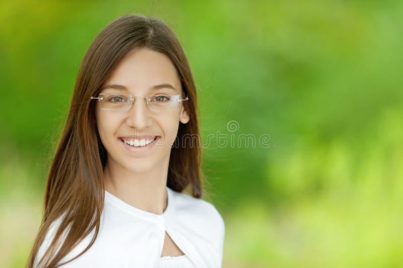 Portret van vrij donkerbruin meisje stock foto's