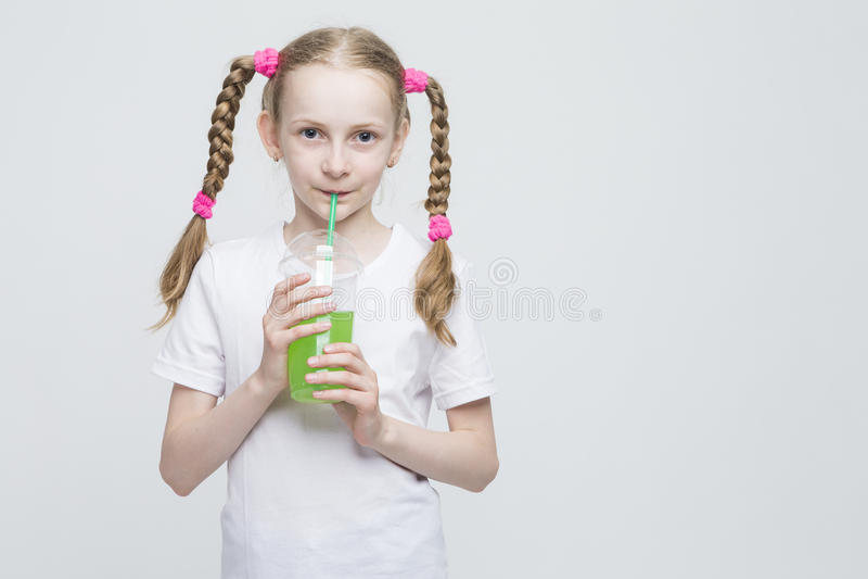 Portret van vrij Glimlachend Kaukasisch Blond Meisje met Lange Vlechten stock foto