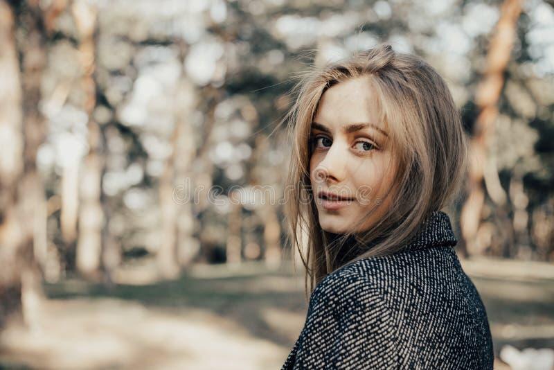 Portret van vrij het jonge vrouw stellen en het bekijken camera royalty-vrije stock fotografie