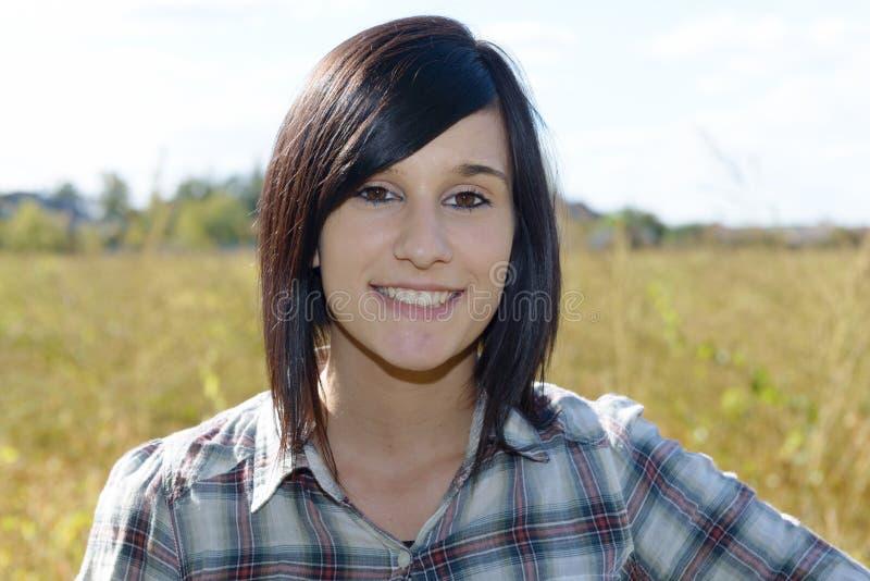 Portret van vrij jong donkerbruin meisje buiten stock afbeelding