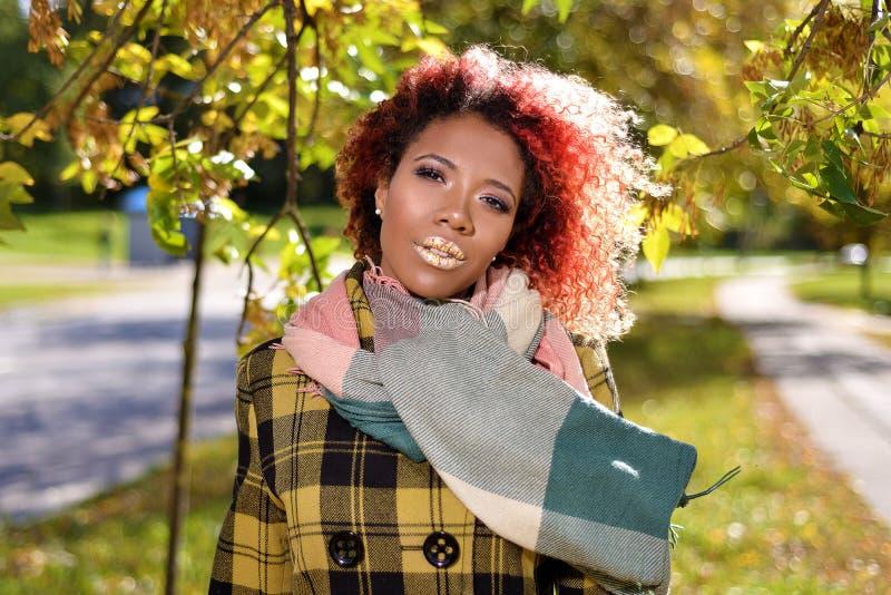 Portret van vrij jong meisje met rood haar stock foto