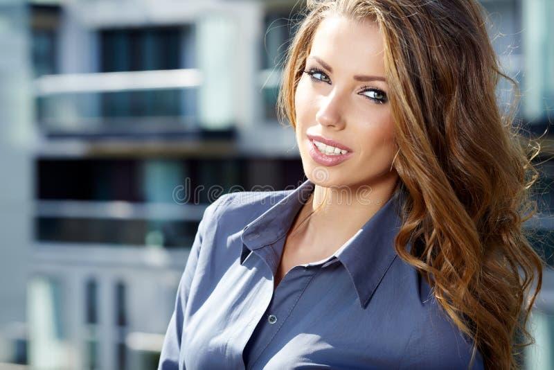 Portret van vrij jonge bedrijfsvrouw stock fotografie