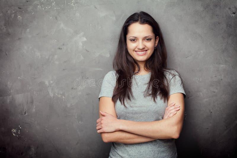 Portret van vrij jonge donkerbruine vrouw stock fotografie