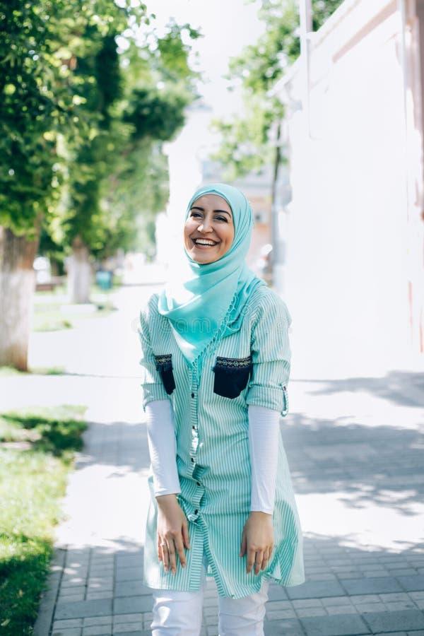 Portret van vrij jonge moslimvrouw op een straat stock afbeeldingen
