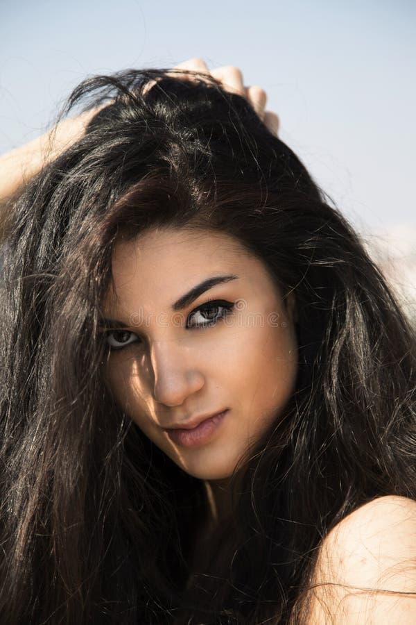 Portret van vrij jonge vrouw royalty-vrije stock foto