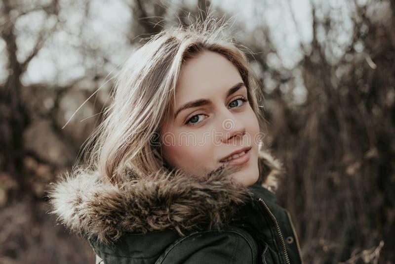 Portret van vrij jonge vrouw met blondehaar en toothy glimlach royalty-vrije stock foto's