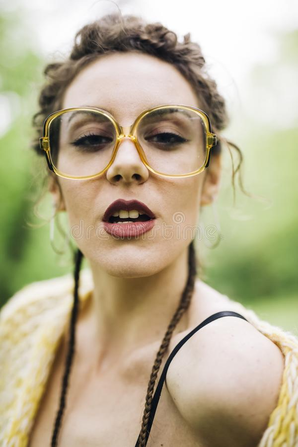 Portret van vrij jonge vrouw met glazen stock foto's