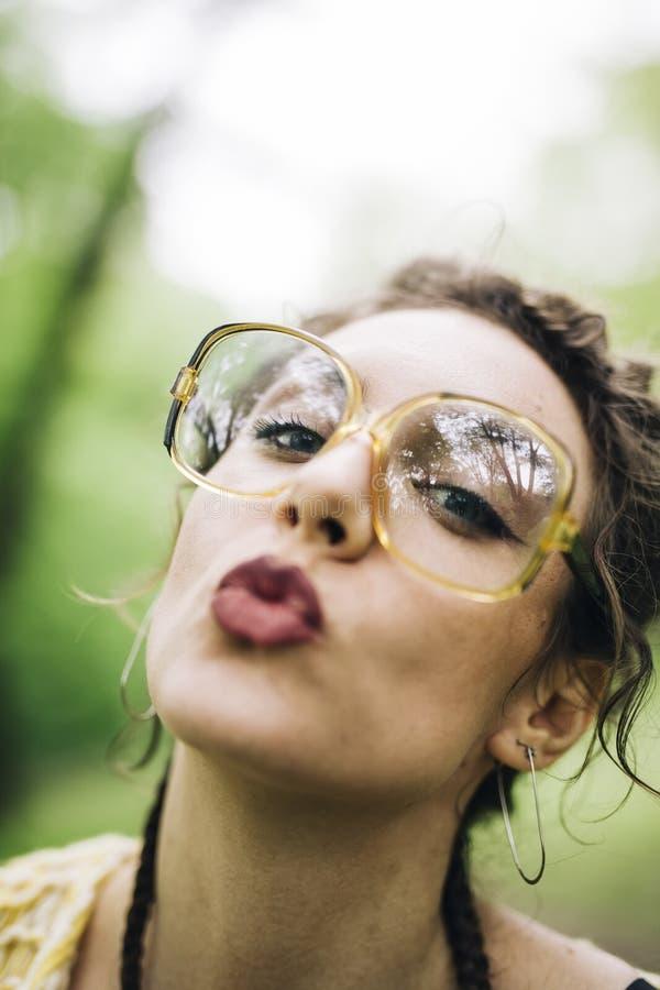 Portret van vrij jonge vrouw met glazen stock afbeeldingen