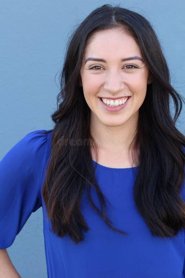 Portret van vrij Jonge Vrouw Status door Blauwe Muur royalty-vrije stock afbeeldingen
