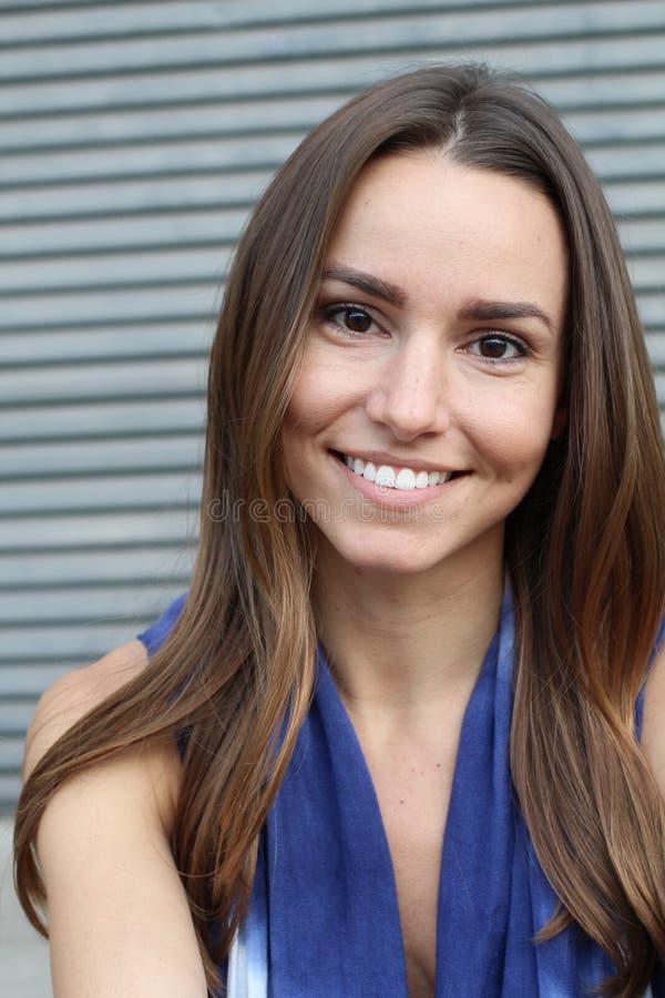 Portret van vrij Jonge Vrouw Status door Muur stock fotografie