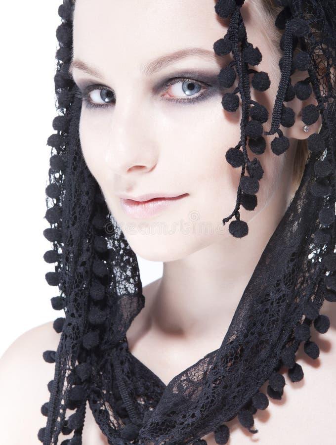 Portret van vrij jonge vrouw in zwarte sjaal royalty-vrije stock fotografie