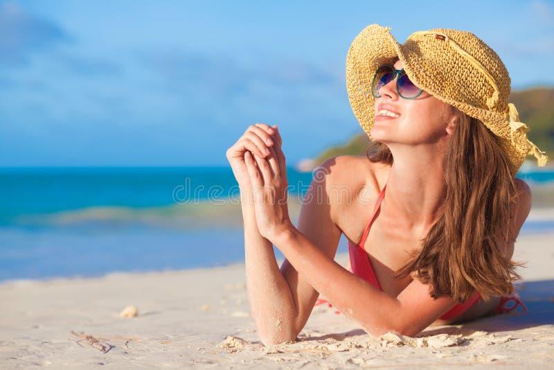 Portret van vrij langharige vrouw in bikini die pret hebben bij tropisch strand Praslin, Seychellen royalty-vrije stock afbeelding